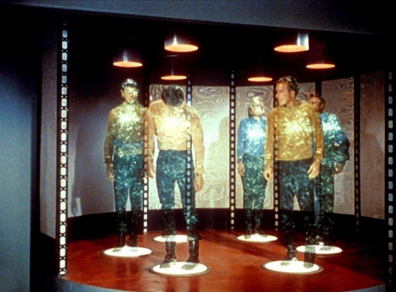 Teletransporte – Star Trek (1966): A querida série norte-americana possui vários gadgets desejados pelo universo nerd. Porém, um dos favoritos, sem dúvidas, é o teletransporte. O dispositivo permite desmaterializar-se para ser transportado por longas distâncias e materializar-se novamente no destino desejado. Algo que, se fosse possível, mudaria drasticamente a logísticas das metrópoles. Outros objetos notáveis da franquia são: replicador, tradutor universal e Holodeck. - Crédito: Reprodução da Internet/33Giga/ND