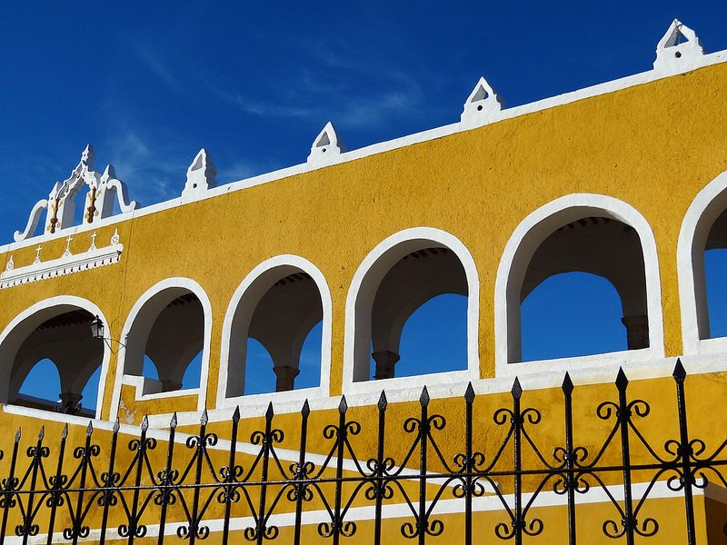Praticamente todas as construções de Izamal, no México, são pintadas com uma tinta amarela bem viva. A coloração dá um visual repleto de contrastes quando o céu está azul - Adam Jones, Ph.D. - Global Photo Archive via Visual hunt / CC BY-SA - Adam Jones, Ph.D. - Global Photo Archive via Visual hunt / CC BY-SA/Rota de Férias/ND