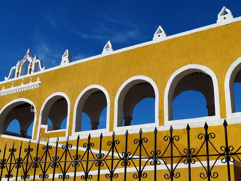 Praticamente todas as construções de Izamal, no México, são pintadas com uma tinta amarela bem viva. A coloração dá um visual repleto de contrastes quando o céu está azul - Adam Jones, Ph.D. - Global Photo Archive via Visual hunt / CC BY-SA - Adam Jones, Ph.D. - Global Photo Archive via Visual hunt / CC BY-SA/Rota de Férias/ND