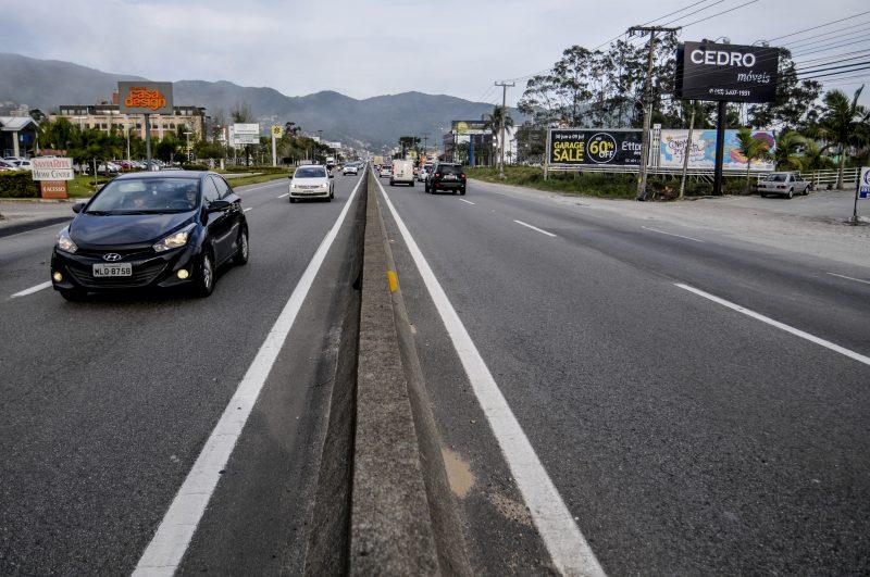 Além da melhoria do asfalto da via, a intervenção prevê troca de guard-rails, melhoria da sinalização e aumento de faixa em dois trechos. - SC-401