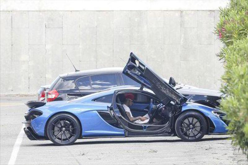 Hamilton também conta com um McLaren P1 na garagem - Foto: Reprodução/Twitter - Foto: Reprodução/Twitter/Garagem 360/ND
