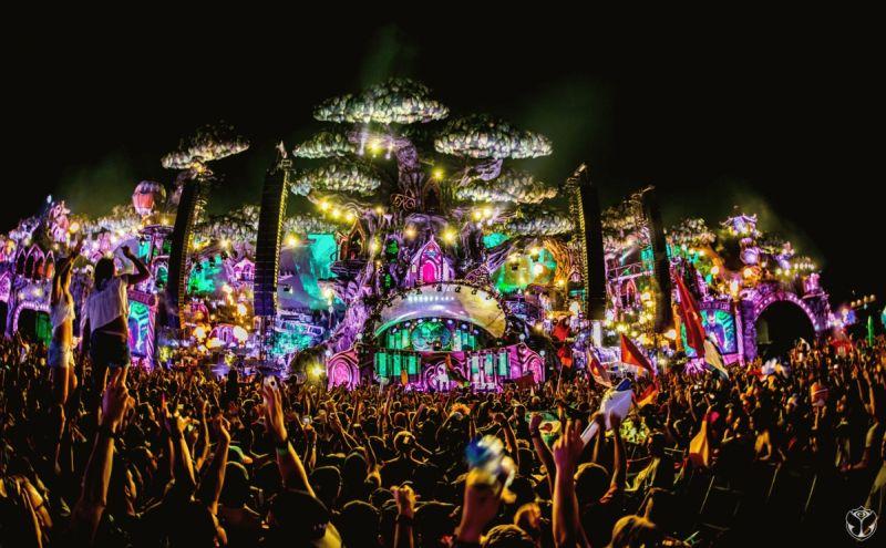 O festival Tomorrowland é realizado anualmente na cidade de Boom, na Bélgica. O evento é uma referência em música eletrônica e, neste ano, rola nos dias 20, 21, 22, 27, 28 e 29 de julho. O público curte as batidas dos melhores DJs da cena global e ainda conta com palcos e iluminações que dão um tom