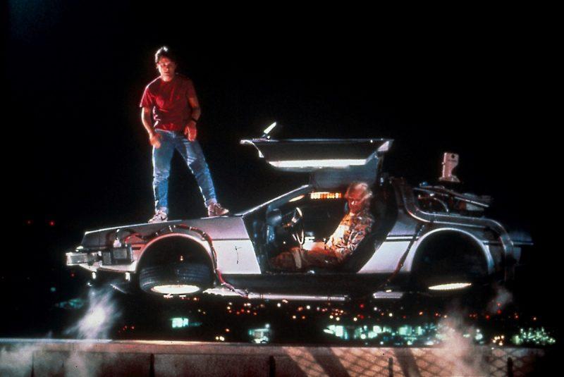 DeLorean DMC-12 – De Volta Para o Futuro (1985): O carro convertido em máquina do tempo é o principal objeto da saga do jovem Marty McFly e do cientista Dr. Emmett Brown. Se não fosse pelo veículo, o garoto não iria para o passado, conheceria seus pais no colégio, e causaria furor tocando Johnny B. Goode. Além do DeLorean, outros gadgets que aparecem na trilogia são: Mr. Fusion e o Hoverboard, que até se tornou realidade. - Crédito: Reprodução da Internet/33Giga/ND