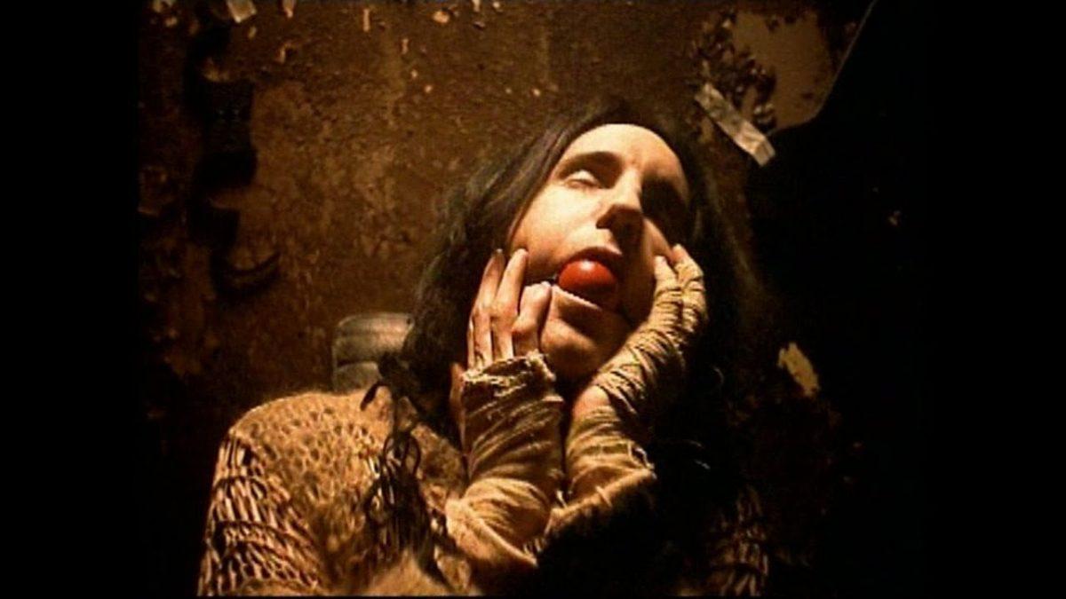 """Nine Inch Nails – Closer (1994): Alguns criticaram por suas imagens religiosas; outros, por suas perversões sexuais. O videoclipe de """"Closer"""" apresenta desde macacos sendo crucificados até mulheres nuas presas com cordas. Também tem crânios e baratas por todos os lados. De forma geral, mistura religião, sexualidade, loucura e horror. Assista: http://bit.ly/2UwJ4pO. - Crédito: Reprodução/YouTube/33Giga/ND"""