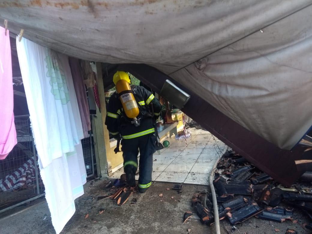 Incêndio começou por volta das 13h30 - Corpo de Bombeiros Militar de Itapoá/Divulgação/ND