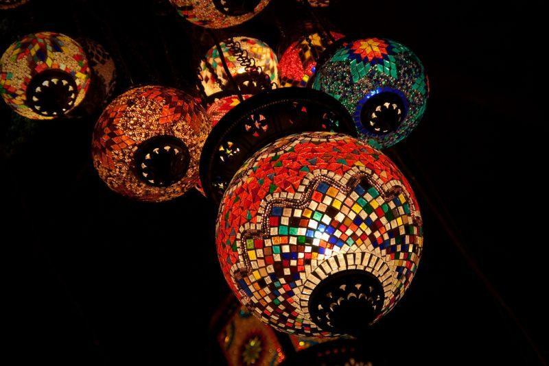 Bem coloridas, as luminárias típicas do Marrocos agradam quem gosta de inovar na decoração de ambientes - Jon Olav via VisualHunt.com / CC BY - Jon Olav via VisualHunt.com / CC BY/Rota de Férias/ND