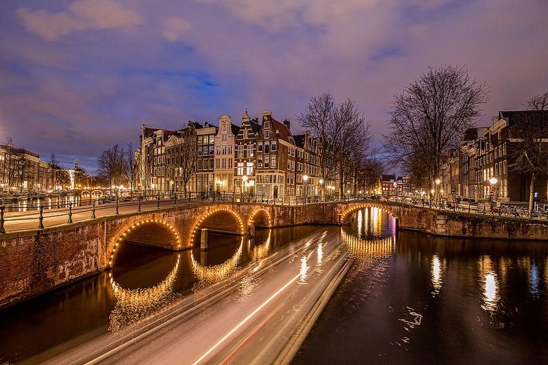 Gostoso mesmo é andar de mãos dadas em meio aos canais, às flores e às bicicletas de Amsterdã, na Holanda. O destino ainda oferece noites agitadas para os casais badaleiros - Tom Roeleveld via Visual hunt / CC BY-NC - Tom Roeleveld via Visual hunt / CC BY-NC/Rota de Férias/ND