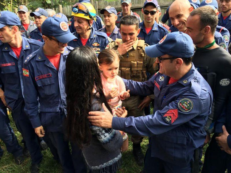 A menina Iara Nogareti de 2 anos, sumiu de dentro do carro em que foi deixada pela sua mãe, com dois cachorros, na manhã dessa quarta-feira (5) - Eduardo Cristofoli/ND