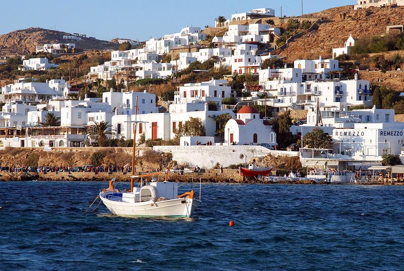 Banhada pelo mar Egeu, a Ilha de Mykonos, na Grécia, chama a atenção por conta das construções brancas com detalhes em azul. Muitas são enfeitadas com flores para deixar o local ainda mais charmoso - Zen Voyager via Visualhunt / CC BY-NC-ND - Zen Voyager via Visualhunt / CC BY-NC-ND/Rota de Férias/ND