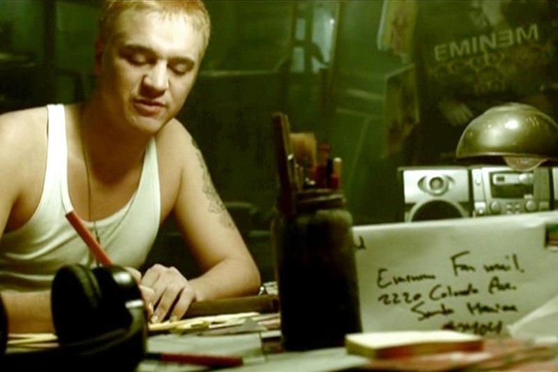 Eminem – Stan (2000): O videoclipe polêmico conta a história de um fã que tenta entrar em contato com o rapper, mas, após algumas tentativas frustradas, acaba cometendo um crime envolvendo a sua namorada grávida. Assista: http://bit.ly/2Z3SWpI. - Crédito: Reprodução/YouTube/33Giga/ND