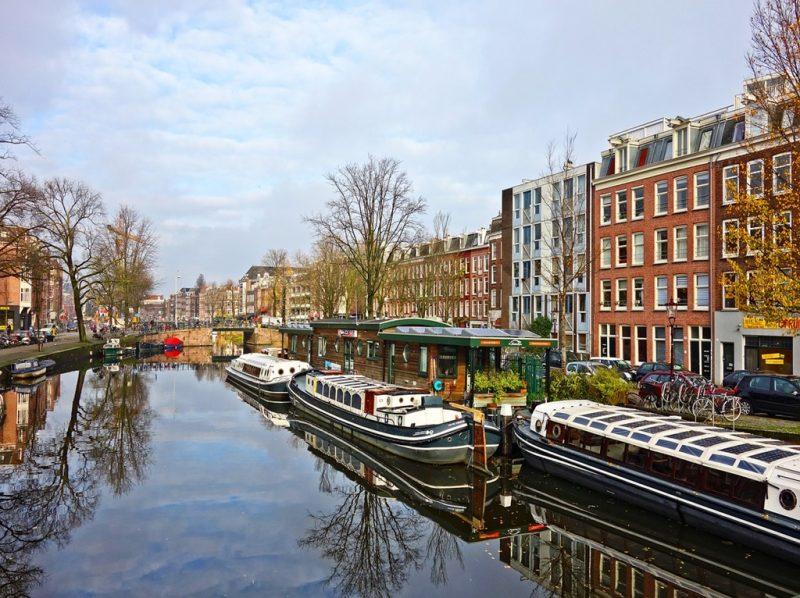 Em Amsterdã, o desfile ocorre pelos canais da cidade holandesa. A Canal Parade será realizada entre 27 de julho e 4 de agosto - Mabel Amber, still incognito... por Pixabay - Mabel Amber, still incognito... por Pixabay/Rota de Férias/ND