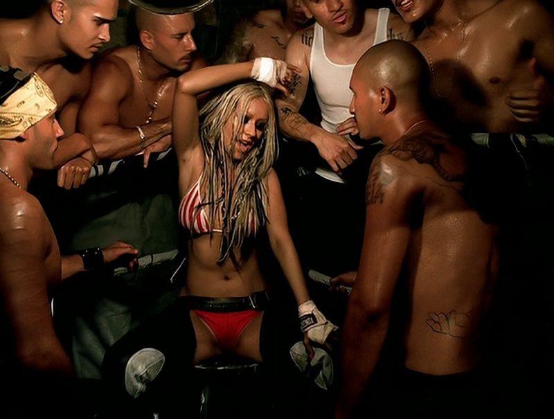"""Christina Aguilera – Dirrty (2002): Uma orgia pós-apocalíptica. Assim a cantora definiu o vídeo que matou sua imagem de moça comportada. Ele foi tão impactante que ganhou o título de """"Clipe mais chocante lançado por uma mulher"""", segundo pesquisa da VH1. Assista: http://bit.ly/2UwgF3d. - Crédito: Reprodução/YouTube/33Giga/ND"""