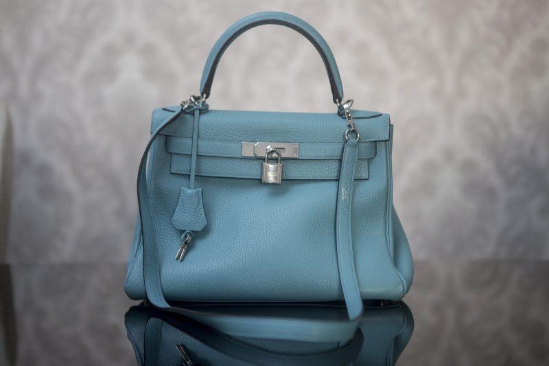 Bolsa Hermès Kelly 28cm custa R$ 55 mil e é atualmente a peça mais cara do brechó – Flavio Tin/ND
