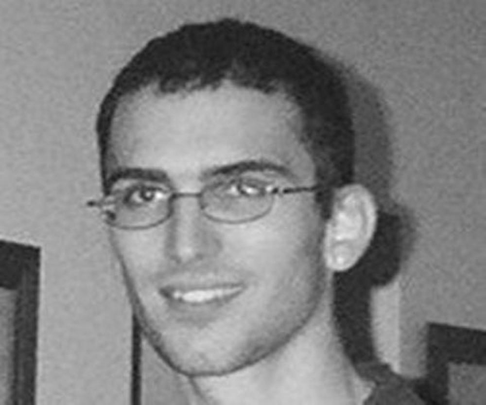 Jonathan James – Primeiro adolescente a ser preso nos Estados Unidos por cibercrimes. Com 16 anos, invadiu os sistemas da NASA e do Departamento de Defesa dos Estados Unidos, roubou um software no valor de US$ 1,7 milhões e interceptou mais de 3 mil mensagens sigilosas. Se fosse maior de idade, pegaria 10 anos de prisão, mas cumpriu apenas seis meses. Jonathan se suicidou em 2008 e deixou uma carta afirmando que não acreditava mais no sistema judiciário. - Crédito: Domínio Público/33Giga/ND