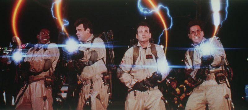 """Mochila de prótons – Os Caça-Fantasmas (1984): A bolsa nuclear produz poderosos feixes de luz que capturam os fantasmas que rodam a cidade de Nova York, nos Estados Unidos. A traquitana manuseada pelos protagonistas tem apenas uma regra: os raios da mochila não podem se cruzar. Caso isso aconteça, """"a vida como você conhece parará instantaneamente, e todas as moléculas do seu corpo explodirão na velocidade da luz"""". - Crédito: Reprodução da Internet/33Giga/ND"""