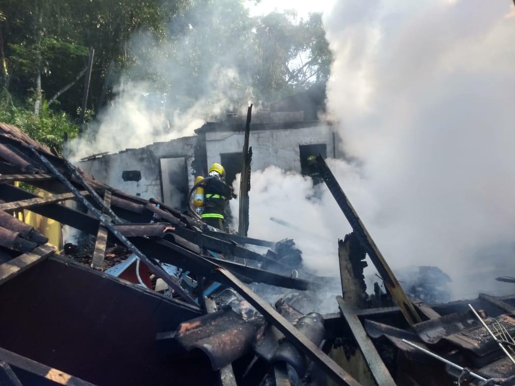 Casa de madeira foi totalmente destruída pelas chamas - Corpo de Bombeiros Militar de Itapoá/Divulgação/ND