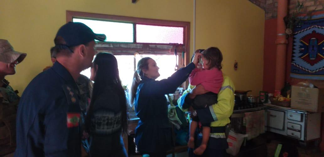 Ana foi recebida com festa em casa por seus familiares. Até os bombeiros que participaram do seu resgaste participaram da comemoração - Divulgação