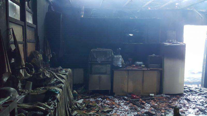Móveis e utensílios da casa foram destruídos pelas chamas - Corpo de Bombeiros Militar de Itapoá/Divulgação/ND