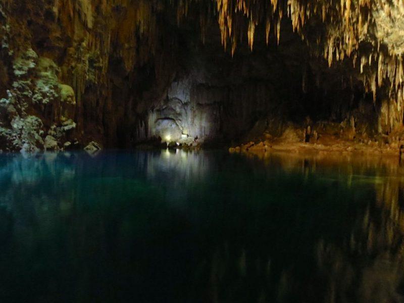 Abismo Anhumas (MS): Esta é mais uma das maravilhas de Bonito. Você pode desfrutar das belezas do Abismo Anhumas, uma caverna com um lago de águas cristalinas, ideal para a prática de mergulho. O local é perfeito para quem curte esportes radicais, pois para descer no abismo é preciso fazer um rapel - Foto Wikimedia /Ribeirosantosn - Foto Wikimedia /Ribeirosantosn/Rota de Férias/ND