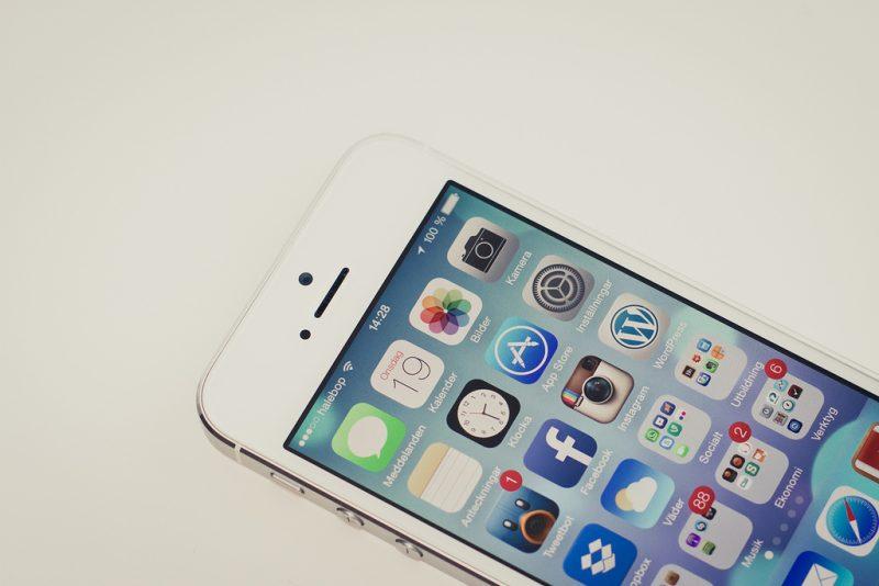 iPhone 5 – Setembro de 2012: A Apple aumentou o tamanho da tela (4 polegadas), aperfeiçoou a câmera frontal (1,2 megapixels), tornou o aparelho compatível com 4G e implantou o chip nanoSIM. Essa versão ainda ganhou um novo modelo de carregador. - Crédito: olleeriksson via Visual Hunt /33Giga/ND