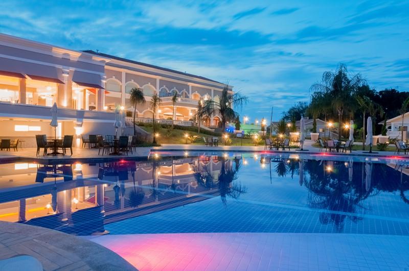 Com jeito de condomínio de casas do Estados Unidos, o Wish Resort Golf Convention Foz do Iguaçu abriga uma estrutura de primeira para quem pretende curtir Foz do Iguaçu (PR) e as principais atrações da tríplice fronteira. O complexo tem mais de 10 piscinas e, recentemente, inaugurou um restaurante especializado em carnes argentinas - Divulgação - Divulgação/Rota de Férias/ND