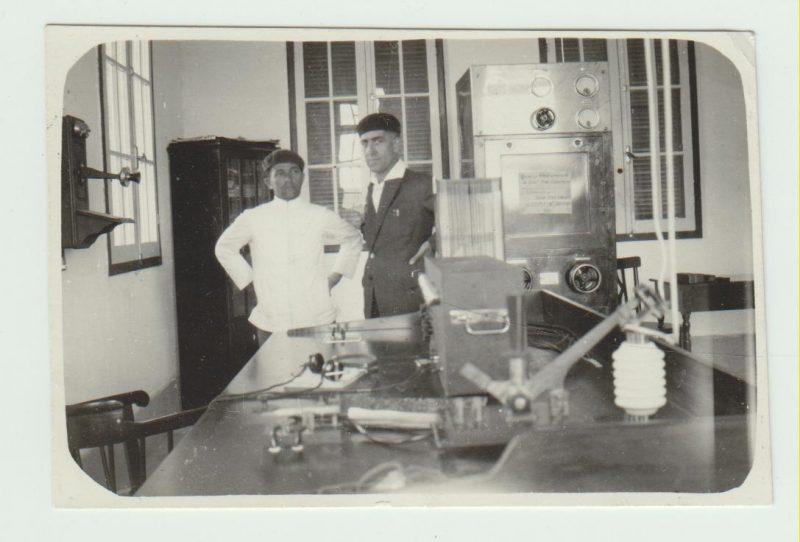 À direita, o radiotelegrafista Paul-Henri Dissac, que voou com Saint-Exupéry, na casa de rádio do Campeche, que não existe mais - Acervo Amab/Divulgação