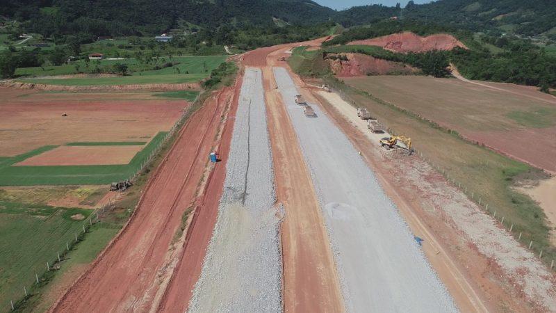 Esperidião Amin apresentou um relatório produzido pelo gabinete dele detalhando os pontos críticos da obra iniciada em 2014 – Anderson Coelho/ND