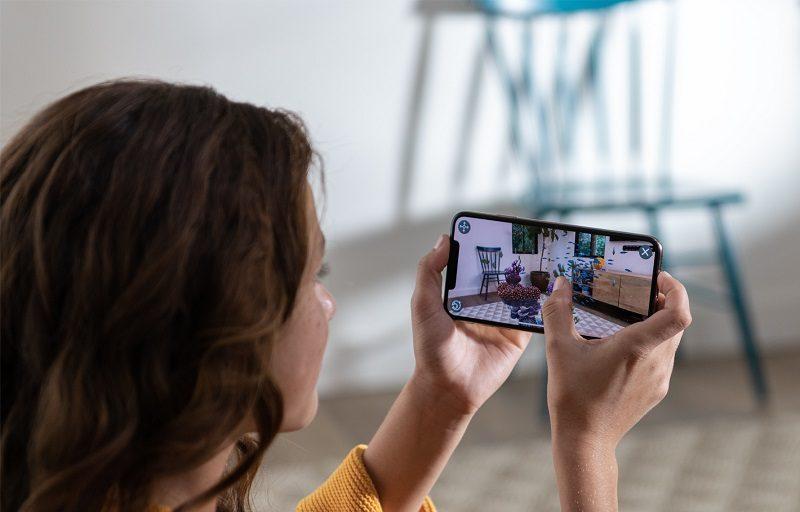 iPhone Xs e Xs Max – Setembro de 2018: Estes celulares são tão parecidos com o iPhone X em recursos e componentes que até mataram seu irmão mais velho. Aqui, os modelos possuem 5,8 polegadas e 6,5 polegadas interativas, respectivamente. Chegou em três cores disponíveis (dourado, cinza-espacial e prata) e três opções de armazenamento (64 GB, 256 GB e 512 GB). O maior diferencial está no processador. O A12 Bionic promete 15% mais agilidade nas tarefas. Também chamou atenção por seu salgado preço sugerido. A versão mais básica começa em R$ 7.299. - Crédito: Divulgação/33Giga/ND