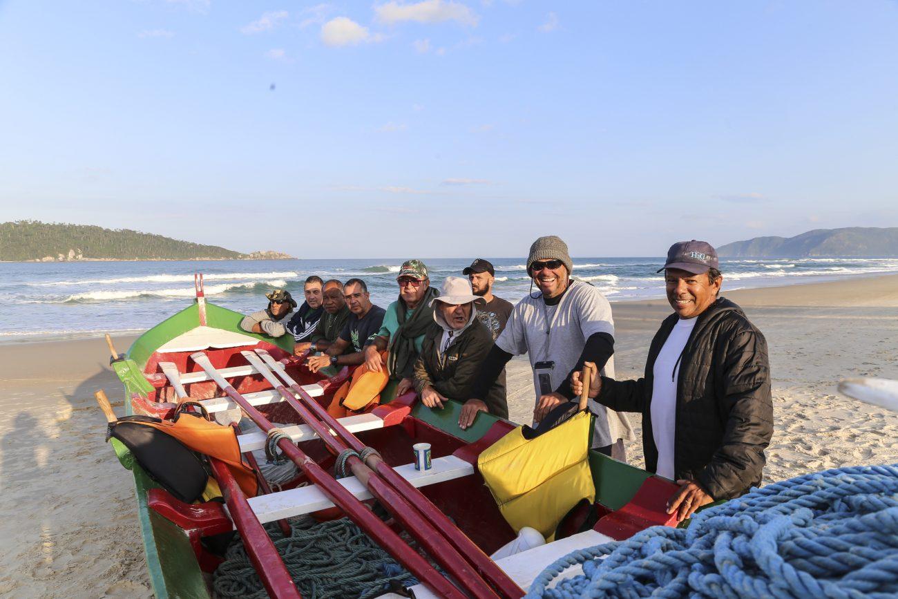 Pescadores da praia do Campeche observando o mar à espera das tainhas - Anderson Coelho/ND