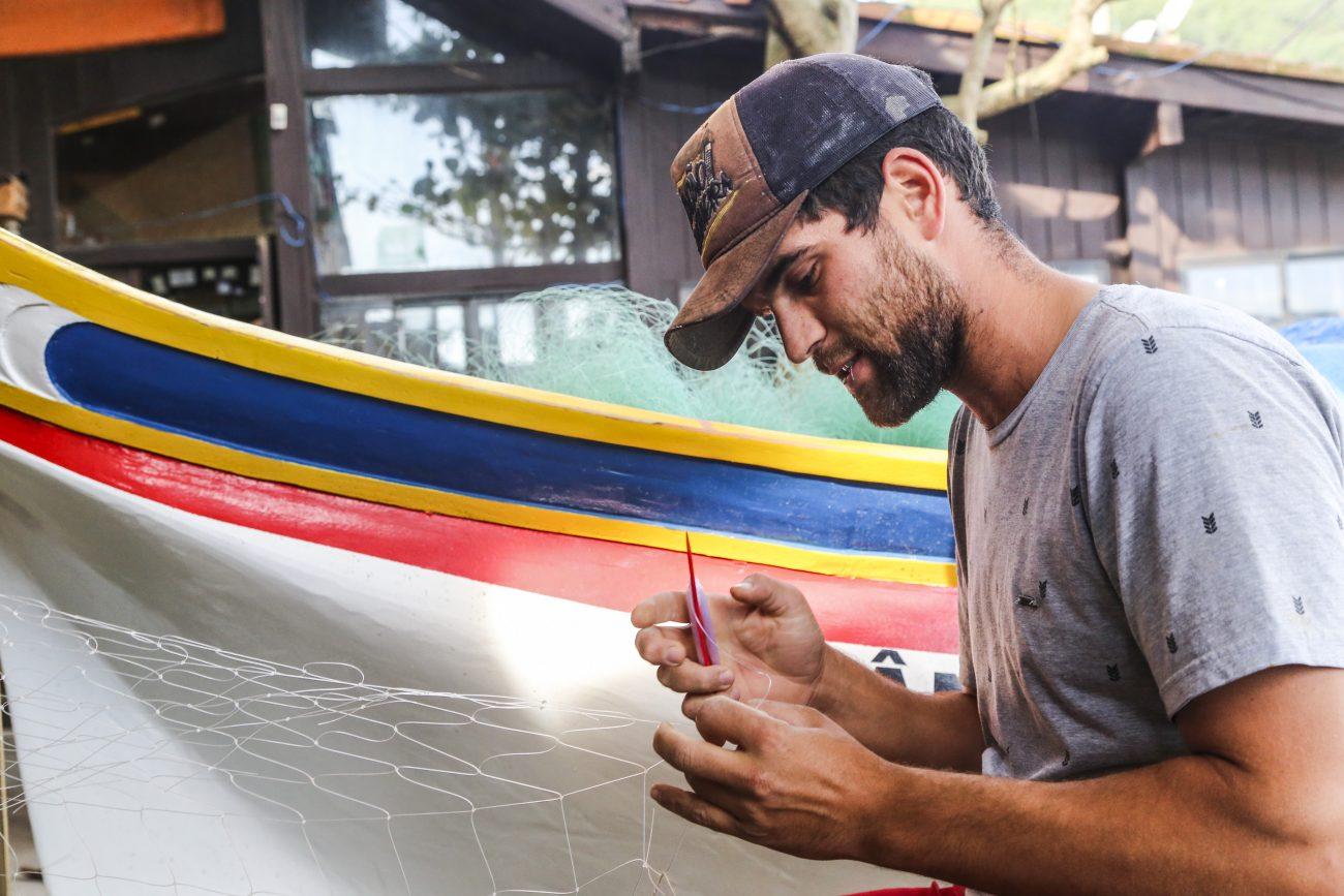 Filipe Silveira é um dos poucos jovens que se dedica à pesca artesanal no Pântano do Sul - Anderson Coelho/ND