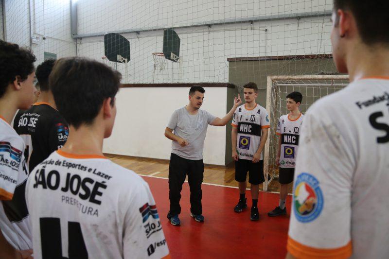 Francisco Monteiro Neto, o técnico, gesticula em mais um treino; paixão que move – Anderson Coelho/ND