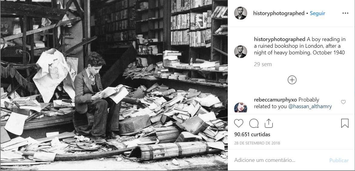 Garoto lê em livraria arruinada após uma noite de bombardeio em Londres, em 1940 - Crédito: reprodução/33Giga/ND