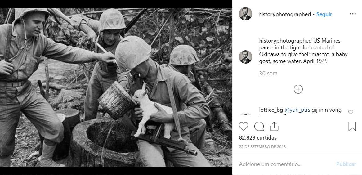 Fuzileiros navais dos EUA fazem uma pausa na luta pelo controle de Okinawa para dar ao seu mascote, um cabrito, um pouco de água em abril de 1945 - Crédito: reprodução/33Giga/ND