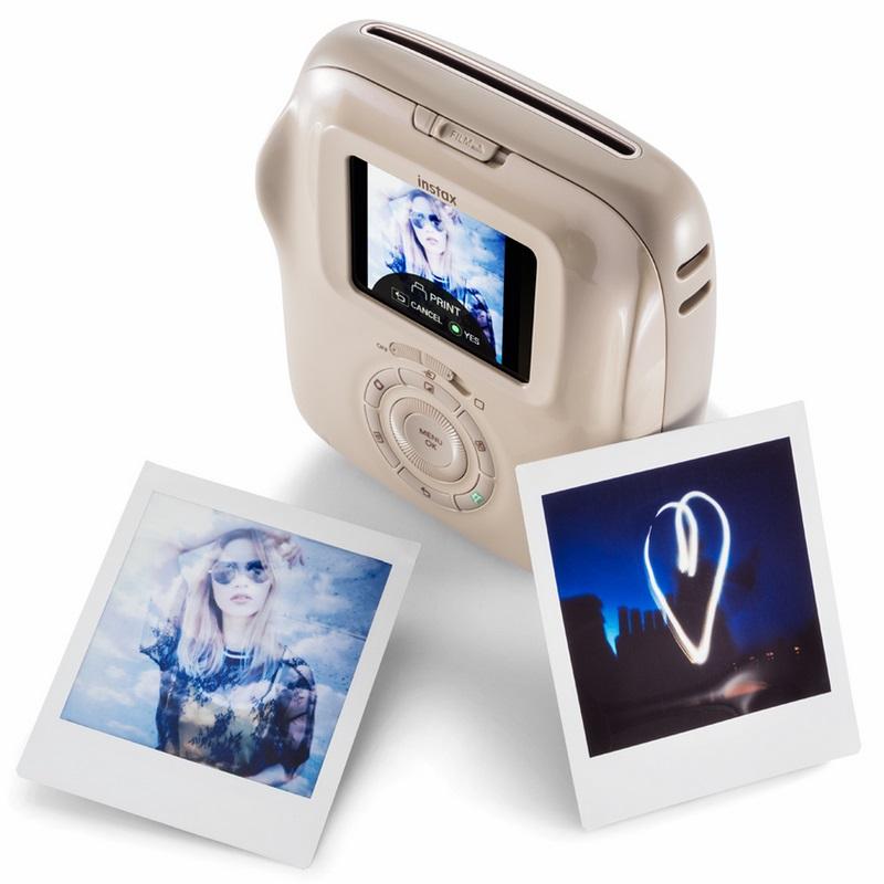 Instax Square SQ20, da Fujifilm – Esta câmera mistura funções analógicas e digitais. Isso é, o usuário continua a revelar suas capturas na hora, mas tem a possibilidade de editá-las antes de imprimir. Ela vem com 10 filtros com diferentes cores e saturação, além de contar com ajustes de brilho e intensidade da luz. Os parceiros que adoram registrar cada momento ainda podem fazer uma montagem e imprimir várias imagens em um único papel. Preço sugerido: R$ 1.099. - Crédito: Divulgação/33Giga/ND