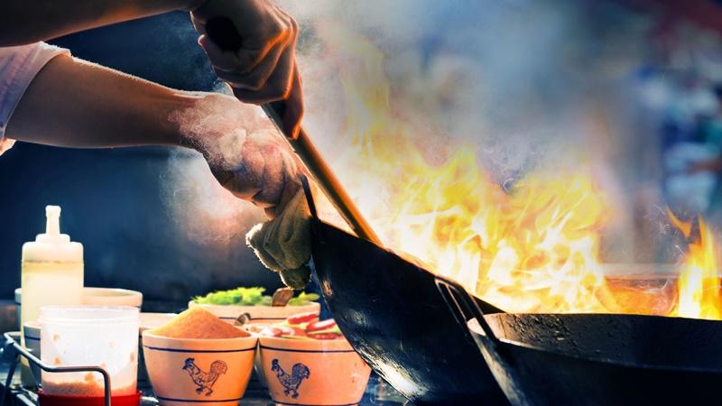 Street Food (2019) - Embarque em uma jornada cultural global pela comida de rua e desvende a história por trás dos inventores de pratos cheios de sabor e memórias. - Divulgação/33Giga/ND