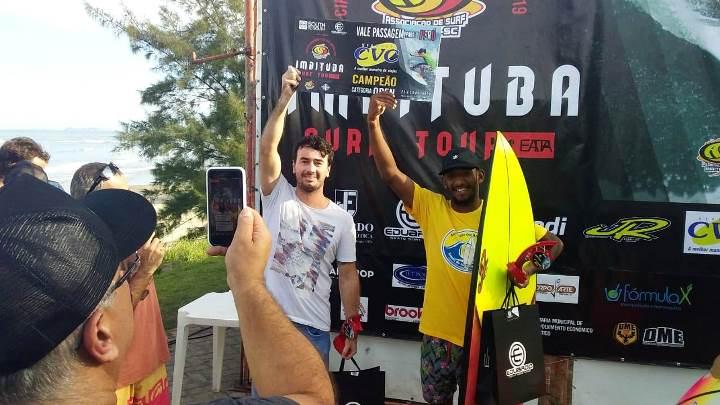 Campeão da Open, Thiago Filipe entrega passagem para Kevin Nascimento. Foto: Rafael Vanoni.
