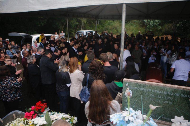 Palmas para homenagear os mortos na tragédia no Chile. Foto: Flávio Tin/ND