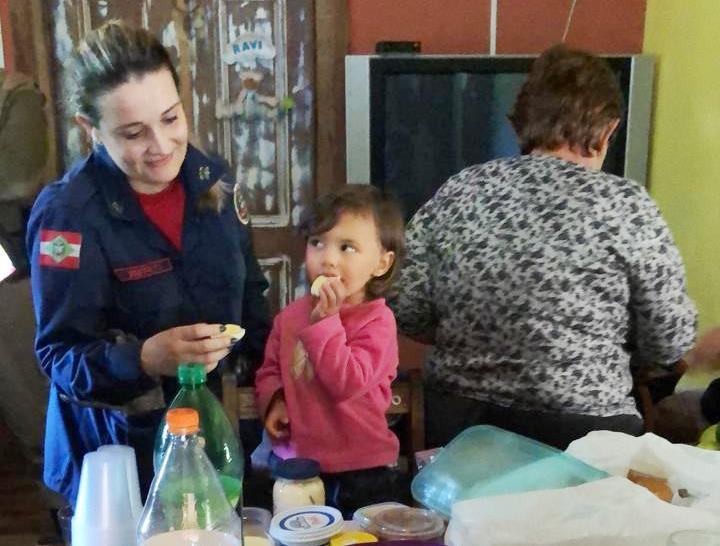 Menina de dois anos logo após ter sido encontrada na manhã de quinta-feira, pelo Corpo de Bombeiros. – CBMSC/Reprodução/ND