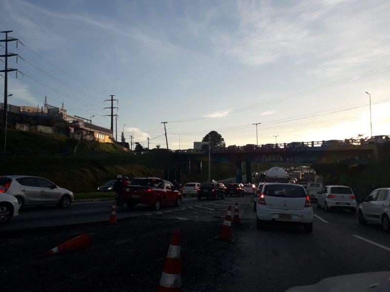 Antes mesmo das 7h30 o trânsito já estava complicado nos locais que dão acesso à ponte Pedro Ivo, em Florianópolis. - Caroline Borges/ND