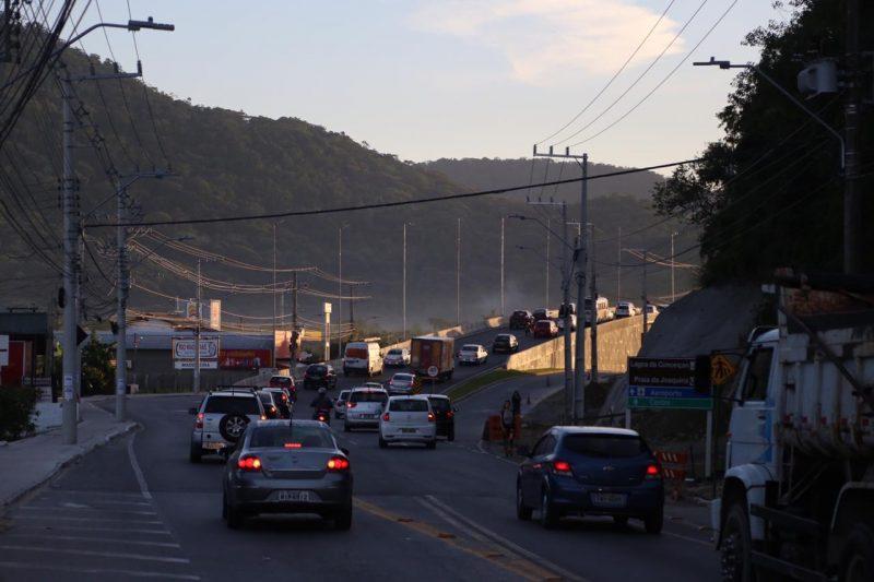 Elevado do Rio Tavares apresentou trânsito intenso e congestionamento nesta manhã. - Anderson Coelho/ND