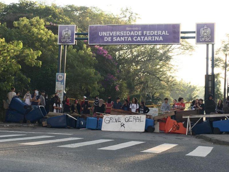 Estudantes na entrada da UFSC montaram uma barricada e reclamam do contingenciamento de recursos. Os manifestantes bloquearam o acesso à universidade usando lixeiras e pedaços de madeira. - Eduardo Cristofoli/RICTV