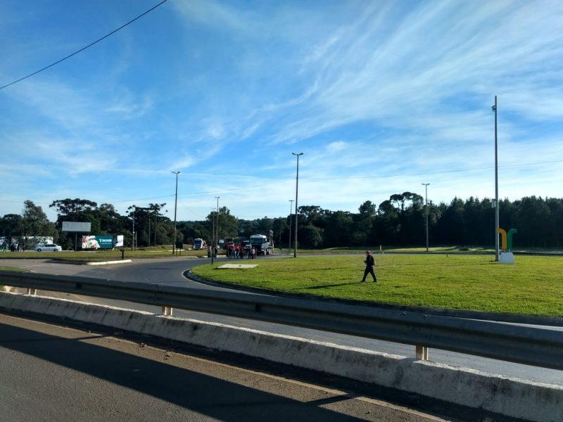 A BR-116 foi fechada, em ambos os sentidos, próximo ao trevo Patussi, em São Cristovão do Sul, na região Serrana de Santa Catarina. A ocorrência foi registrada no km 184,5 da rodovia. - PRF/Divulgação