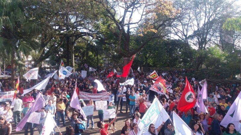 Um palanque foi montado na praça Central de Chapecó. Pessoas carregam bandeiras e faixas em apoio à manifestação. - Felipe Kreusch/RICTV