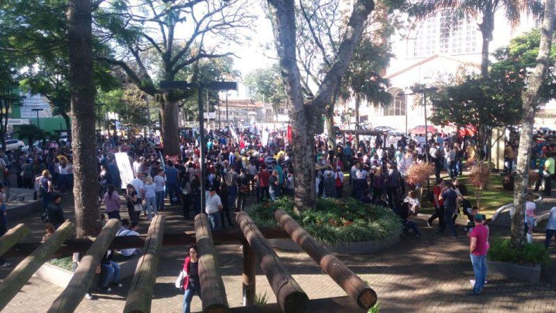 Segundo os organizadores, cerca de 1500 pessoas participam da manifestação em Chapecó. - Felipe Kreusch/RICTV