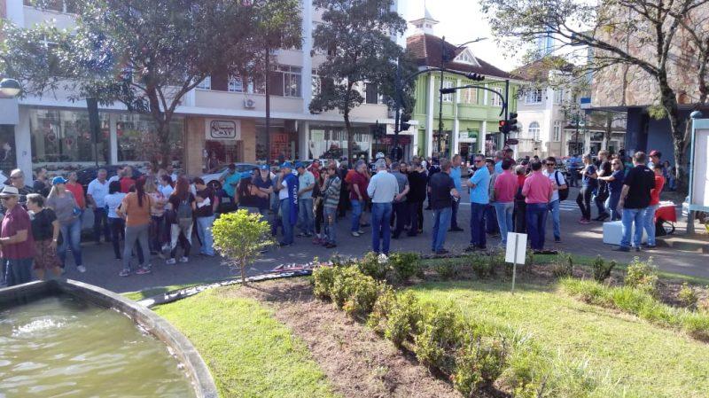 Manifestantes fazem ato em frente ao Teatro Carlos Gomes, em Blumenau. - Danúbia de Souza/RICTV