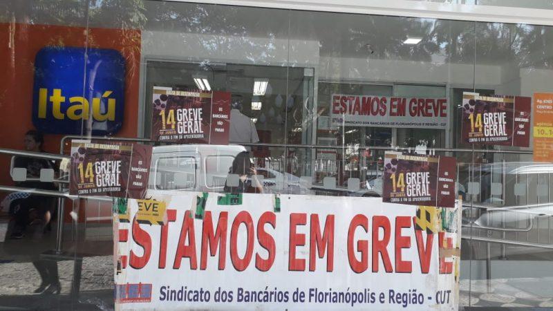 Bancários também seguem mobilizados. Agência do Itaú, no Centro de Florianópolis segue fechada. - Caroline Borges/ND