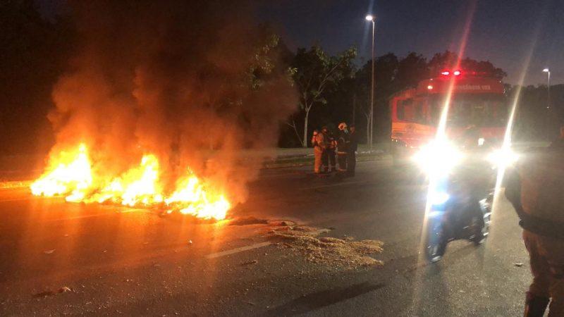 Incêndio em pneus resultou na interdição da avenida da Saudade na manhã desta sexta-feira, em Florianópolis - Tenente Thiesen/PM/Divulgação/ND