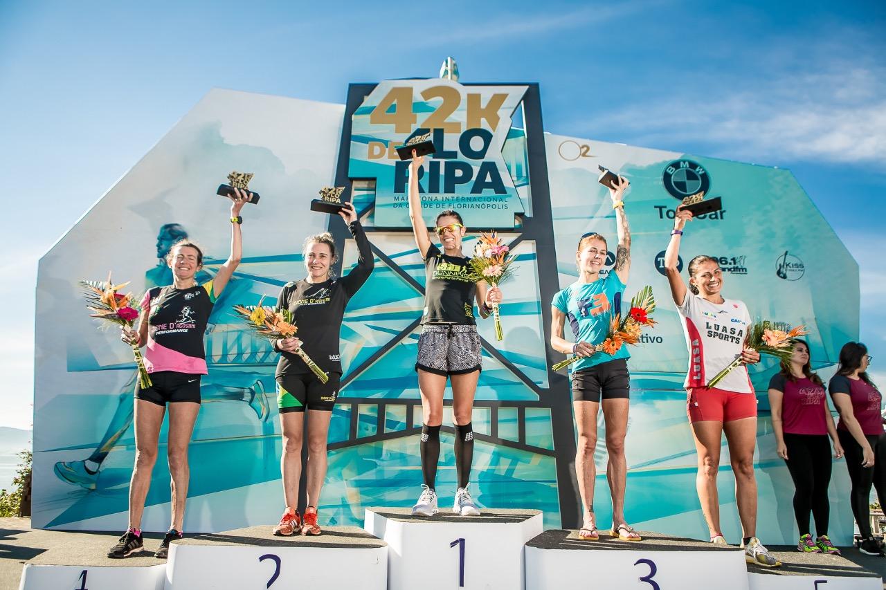 Pódio com as vencedoras na modalidade 42k - Daniel Werneck/divulgação/ND