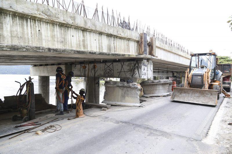 Trabalhadores atuam na demolição da antiga estrutura. Foto: Anderson Coelho/ND