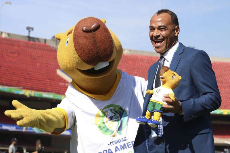 O ex-lateral da Seleção Brasileira, Cafu e o mascote da Copa América Brasil 2019, no Estádio do Morumbi, palco de início da competição – Rovena Rosa/Agência Brasil/ND